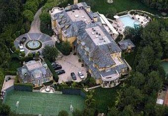 Rod Stewart'ın Beverly Hills'teki malikanesinin tenis kortu bile var.